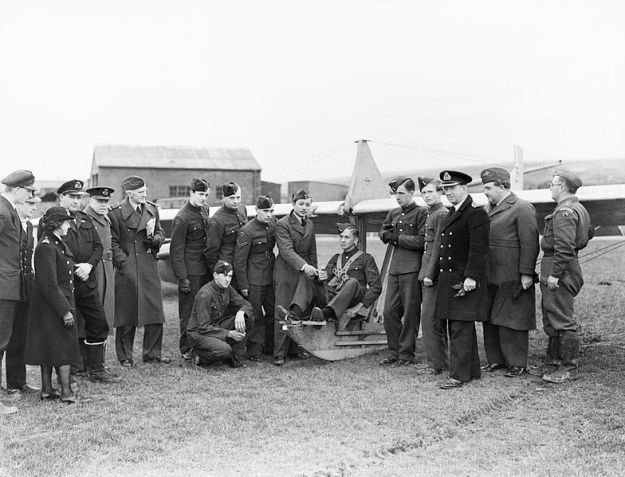 Air_cadets_learn_the_basics_of_flight_at_RNAS_St_Merryn_in_Cornwall,_February_1944__A22064