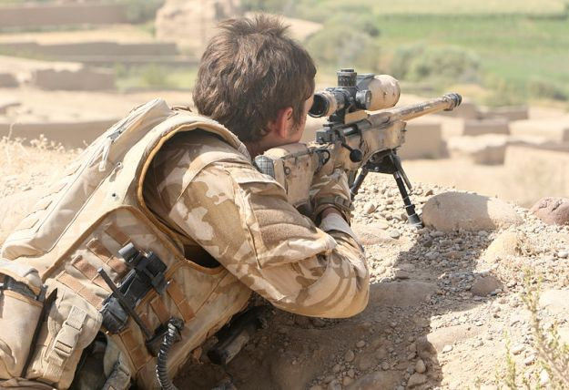 800px-Sniper_During_Op_Oqab_Tsuka_in_Afghanistan_MOD_45149829